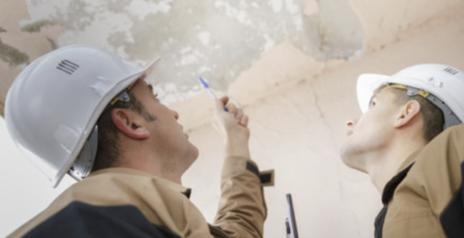 Métreur et Technicien évaluant les dommages et le coût des réparations suite à un sinistre